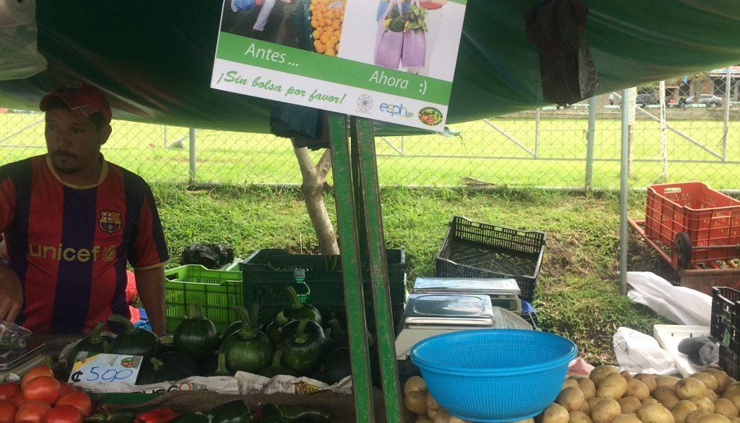 ESPH apoya campaña del 'no' a las bolsas plásticas en feria del agricultor