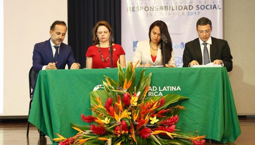 En orden: Juan Alfaro Club de Excelenia en Sostenibilidad, Ana Helena Chacón, Vicepresidente de la República, Geannina Dinarte, Ministra de Economía y Gustavo Araya, Presidente del Consejo Consultivo Nacional de Responsabilidad Social. Fotografía MEIC.